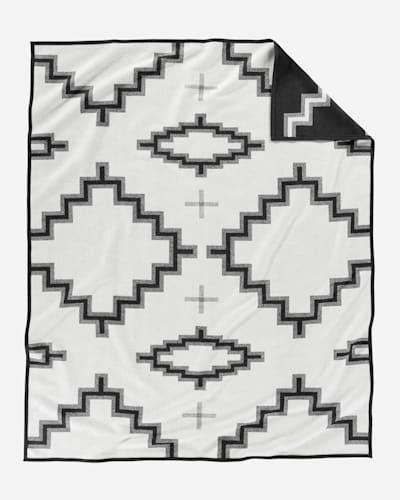 KIVA STEPS BLANKET IN BLACK/WHITE